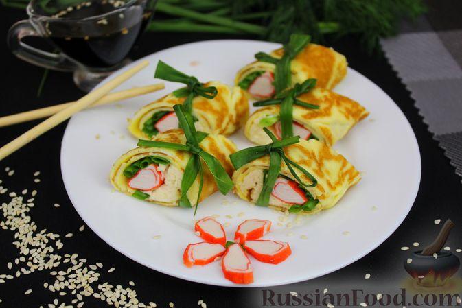 Фото приготовления рецепта: Яичный рулет с крабовыми палочками, сыром и зелёным луком - шаг №10