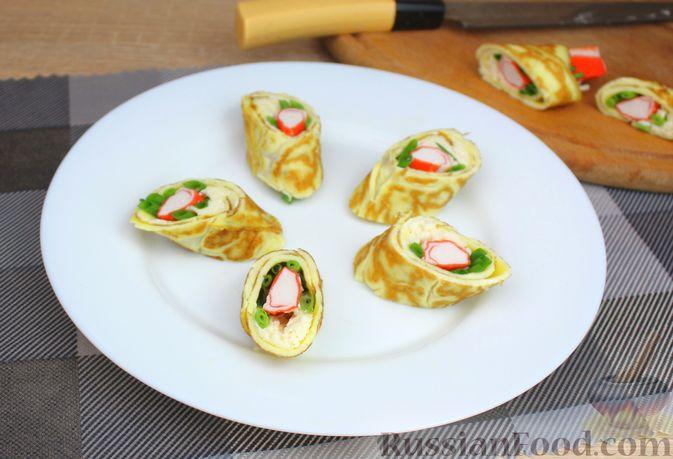 Фото приготовления рецепта: Яичный рулет с крабовыми палочками, сыром и зелёным луком - шаг №9