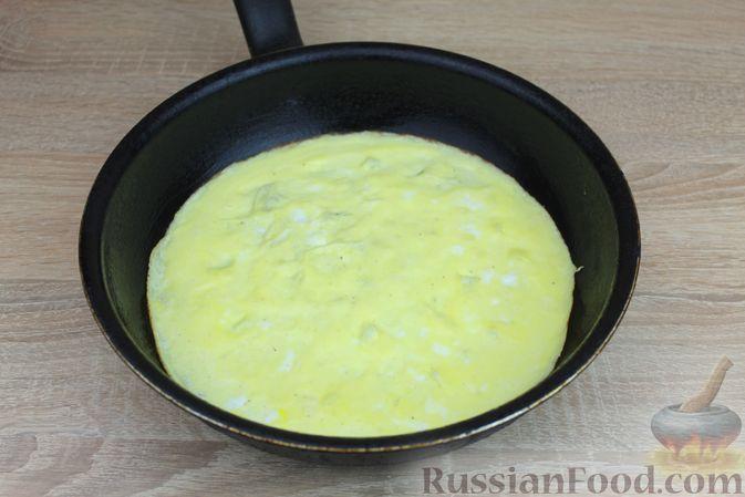 Фото приготовления рецепта: Яичный рулет с крабовыми палочками, сыром и зелёным луком - шаг №6