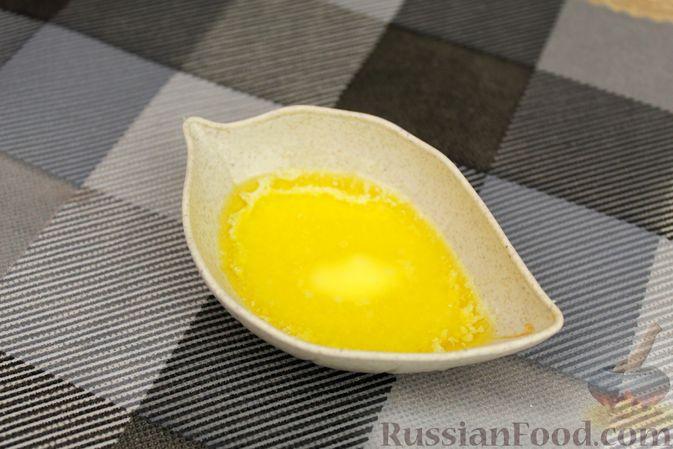 Фото приготовления рецепта: Яичный рулет с крабовыми палочками, сыром и зелёным луком - шаг №3