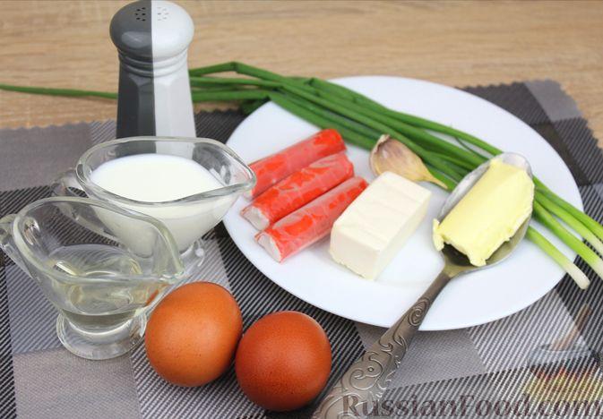 Фото приготовления рецепта: Яичный рулет с крабовыми палочками, сыром и зелёным луком - шаг №1