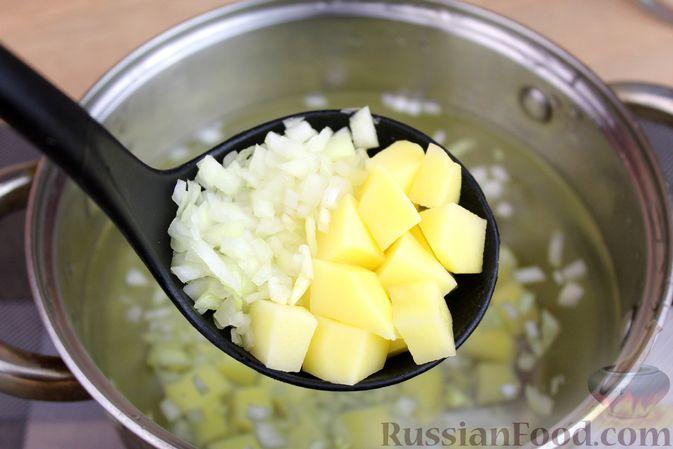 Фото приготовления рецепта: Куриный суп с манной крупой, помидорами и сладким перцем - шаг №3