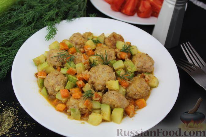 Фото к рецепту: Мясные тефтели, тушенные с кабачками и морковью