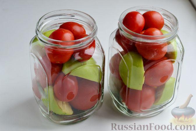 Фото приготовления рецепта: Маринованные помидоры с яблоками и корицей (на зиму) - шаг №8