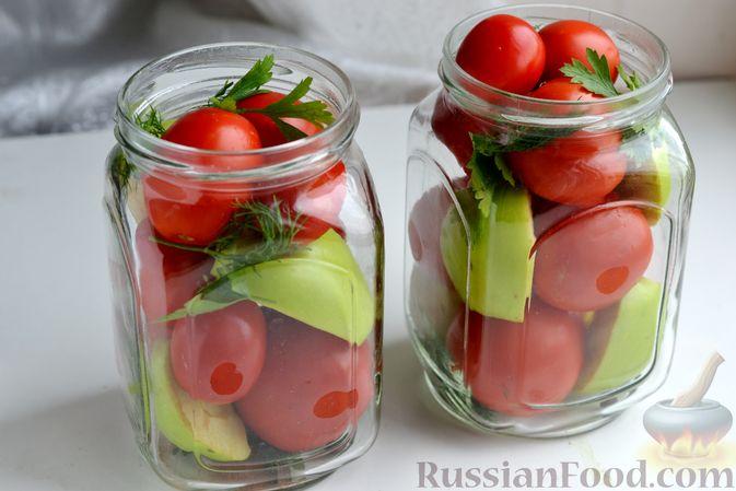 Фото приготовления рецепта: Маринованные помидоры с яблоками и корицей (на зиму) - шаг №9
