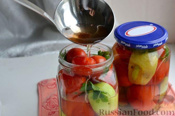 Фото приготовления рецепта: Маринованные помидоры с яблоками и корицей (на зиму) - шаг №12