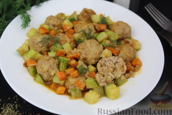 Фото приготовления рецепта: Мясные тефтели, тушенные с кабачками и морковью - шаг №14