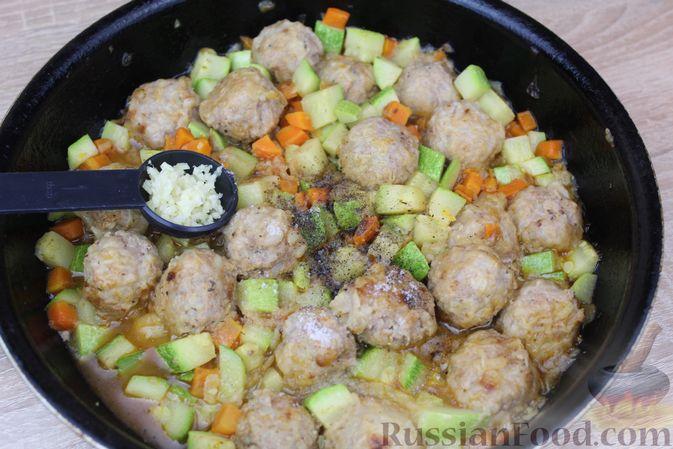 Фото приготовления рецепта: Мясные тефтели, тушенные с кабачками и морковью - шаг №12