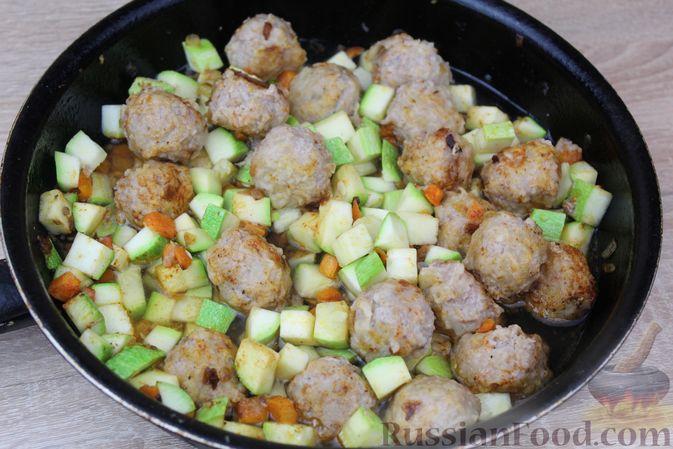 Фото приготовления рецепта: Мясные тефтели, тушенные с кабачками и морковью - шаг №11