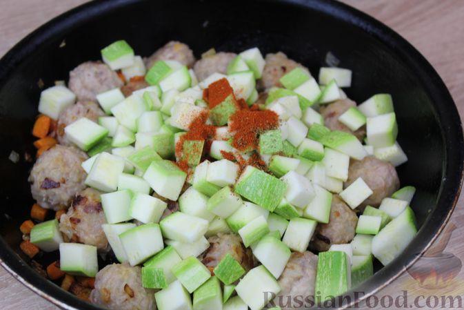 Фото приготовления рецепта: Мясные тефтели, тушенные с кабачками и морковью - шаг №10