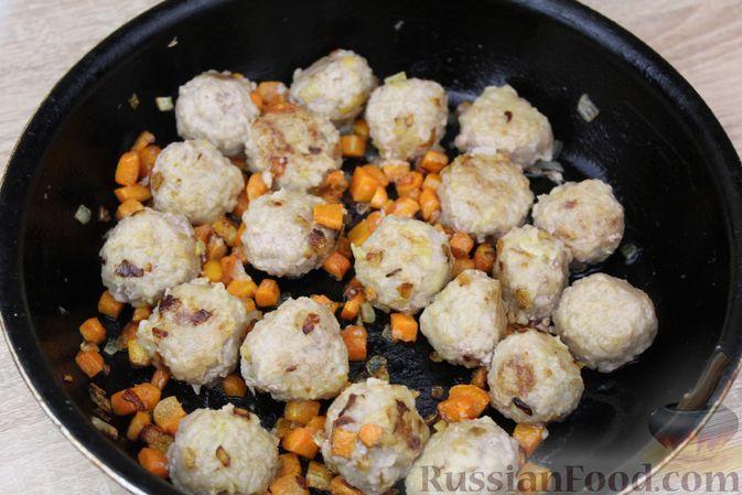 Фото приготовления рецепта: Мясные тефтели, тушенные с кабачками и морковью - шаг №9