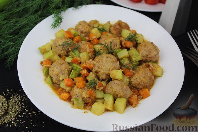 Фото приготовления рецепта: Мясные тефтели, тушенные с кабачками и морковью - шаг №13
