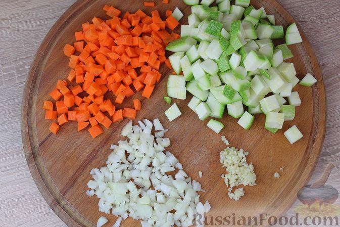 Фото приготовления рецепта: Мясные тефтели, тушенные с кабачками и морковью - шаг №3