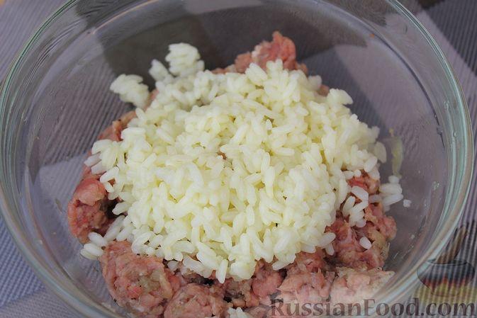 Фото приготовления рецепта: Мясные тефтели, тушенные с кабачками и морковью - шаг №5