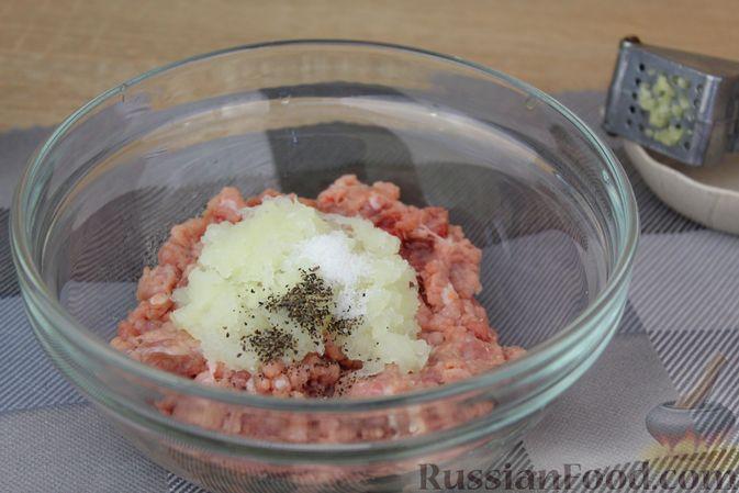 Фото приготовления рецепта: Мясные тефтели, тушенные с кабачками и морковью - шаг №4