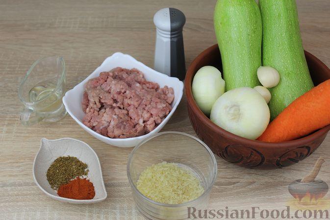 Фото приготовления рецепта: Мясные тефтели, тушенные с кабачками и морковью - шаг №1