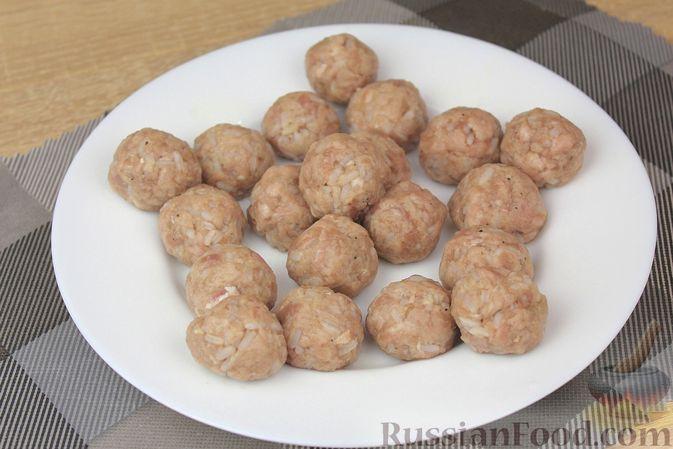 Фото приготовления рецепта: Мясные тефтели с начинкой из целых шампиньонов, запечённые в томатном соусе - шаг №6