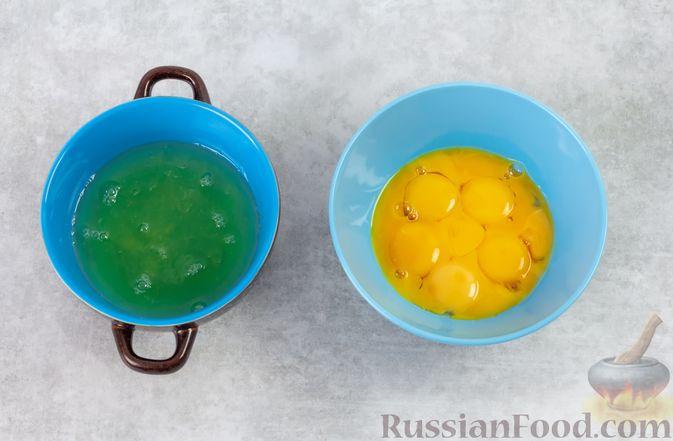 Фото приготовления рецепта: Желтковый омлет с зеленью - шаг №2
