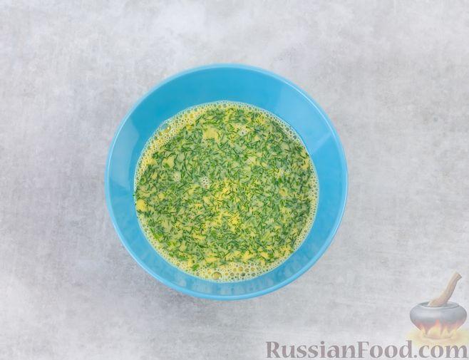 Фото приготовления рецепта: Желтковый омлет с зеленью - шаг №4