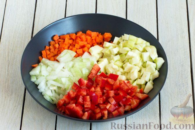 Фото приготовления рецепта: Овощной суп с зелёным горошком - шаг №4
