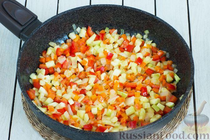 Фото приготовления рецепта: Овощной суп с зелёным горошком - шаг №5