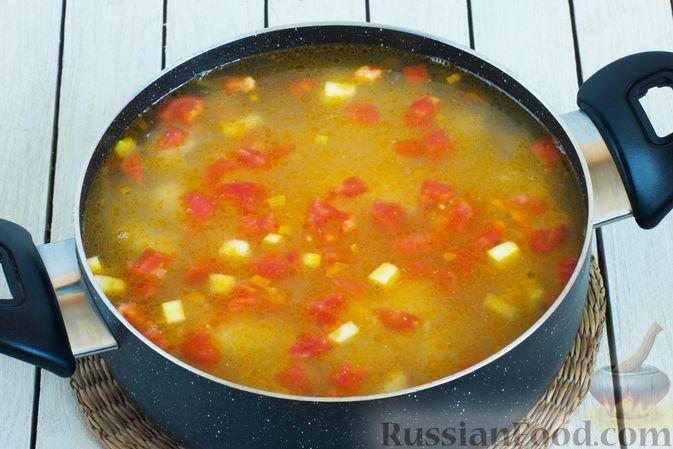 Фото приготовления рецепта: Овощной суп с зелёным горошком - шаг №7