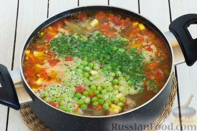 Фото приготовления рецепта: Овощной суп с зелёным горошком - шаг №8