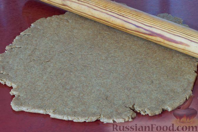 Фото приготовления рецепта: Медово-ржаное печенье - шаг №4