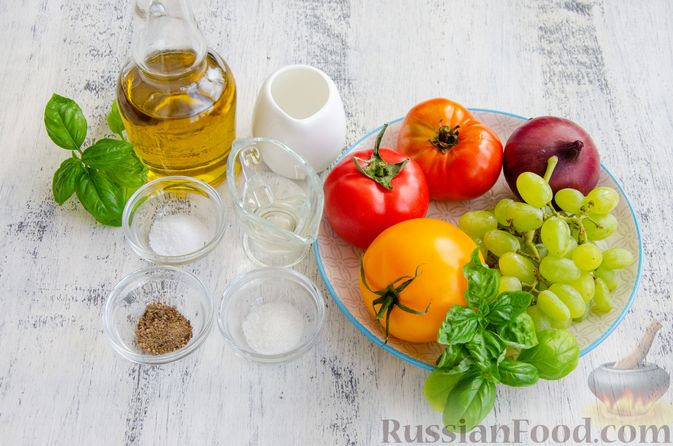 Фото приготовления рецепта: Салат из помидоров, с виноградом и красным луком - шаг №1