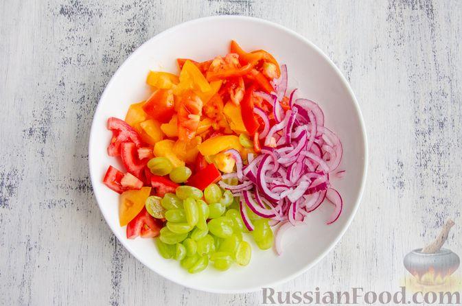 Фото приготовления рецепта: Салат из помидоров, с виноградом и красным луком - шаг №7