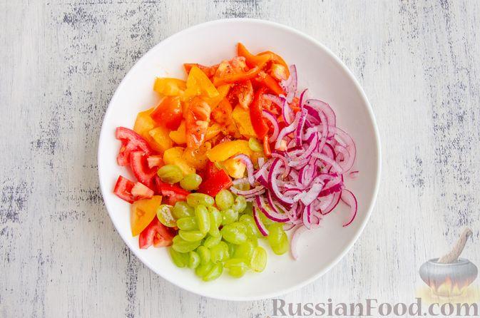 Фото приготовления рецепта: Салат из помидоров, с виноградом и красным луком - шаг №8