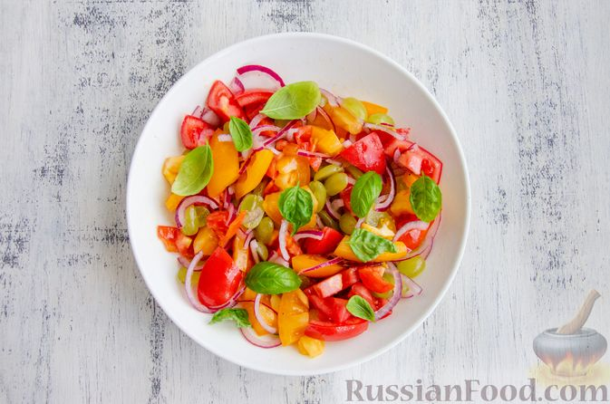 Фото приготовления рецепта: Салат из помидоров, с виноградом и красным луком - шаг №9