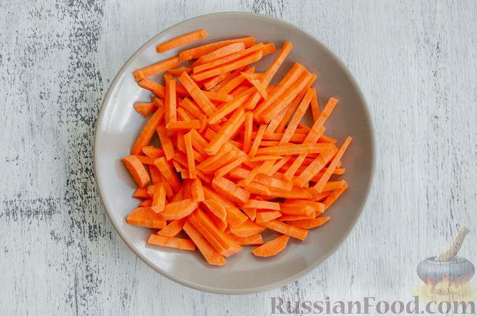 Фото приготовления рецепта: Салат из моркови с яблоком, помидорами и огурцами - шаг №2