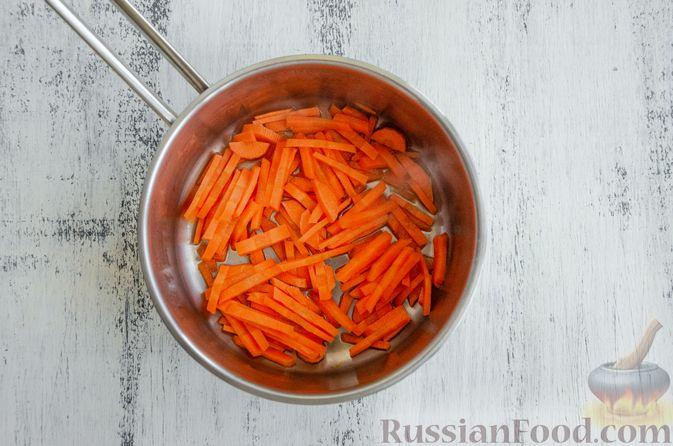Фото приготовления рецепта: Салат из моркови с яблоком, помидорами и огурцами - шаг №4