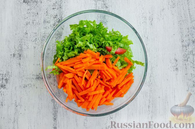 Фото приготовления рецепта: Салат из моркови с яблоком, помидорами и огурцами - шаг №7