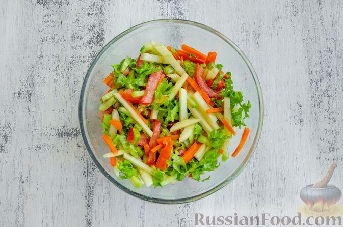 Фото приготовления рецепта: Салат из моркови с яблоком, помидорами и огурцами - шаг №8