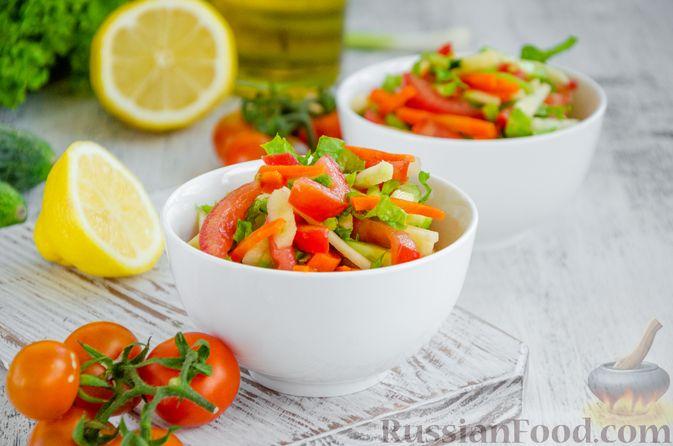 Фото приготовления рецепта: Салат из моркови с яблоком, помидорами и огурцами - шаг №9