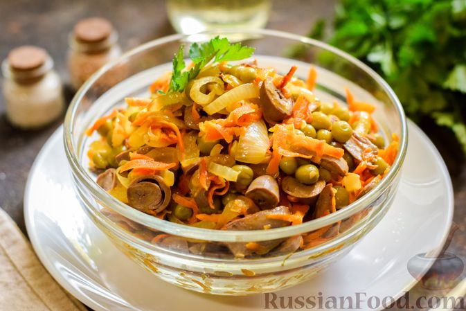 Фото к рецепту: Салат с куриными сердечками, морковью и консервированным зелёным горошком