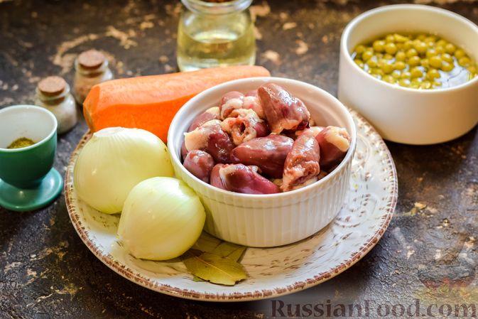 Фото приготовления рецепта: Салат с куриными сердечками, морковью и консервированным зелёным горошком - шаг №1