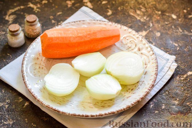 Фото приготовления рецепта: Салат с куриными сердечками, морковью и консервированным зелёным горошком - шаг №3