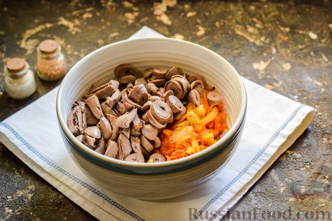 Фото приготовления рецепта: Салат с куриными сердечками, морковью и консервированным зелёным горошком - шаг №8