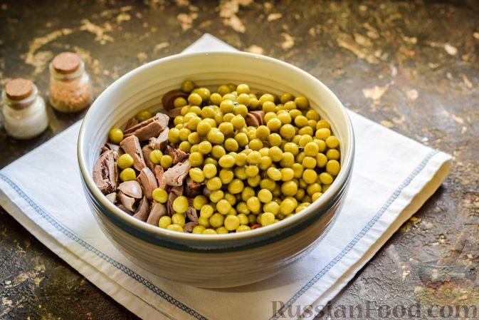 Фото приготовления рецепта: Салат с куриными сердечками, морковью и консервированным зелёным горошком - шаг №9