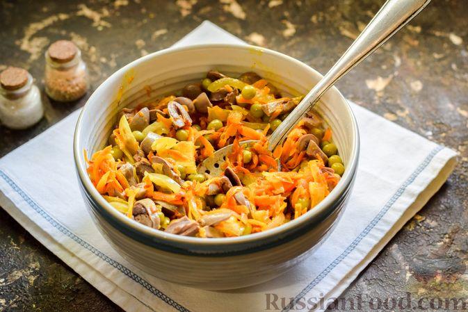 Фото приготовления рецепта: Салат с куриными сердечками, морковью и консервированным зелёным горошком - шаг №11