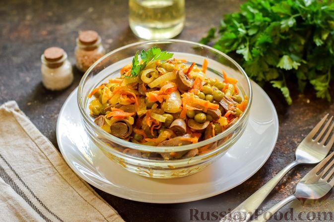 Фото приготовления рецепта: Салат с куриными сердечками, морковью и консервированным зелёным горошком - шаг №12