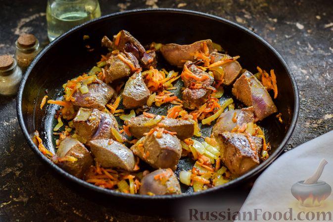 Фото приготовления рецепта: Свиная печень, тушенная со сладким перцем, морковью и помидорами - шаг №6