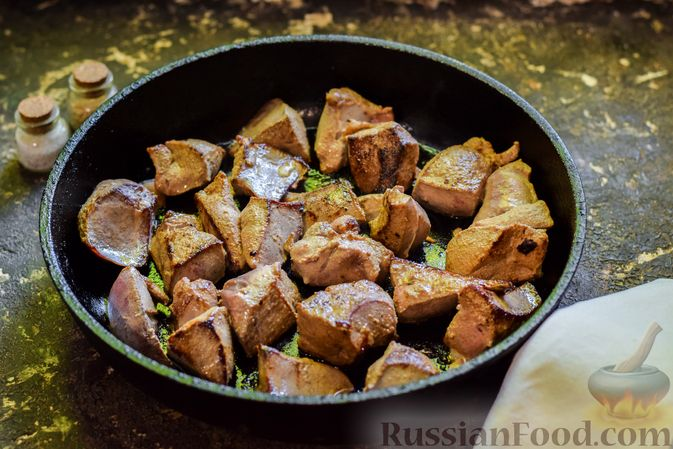 Фото приготовления рецепта: Свиная печень, тушенная в кефире - шаг №3
