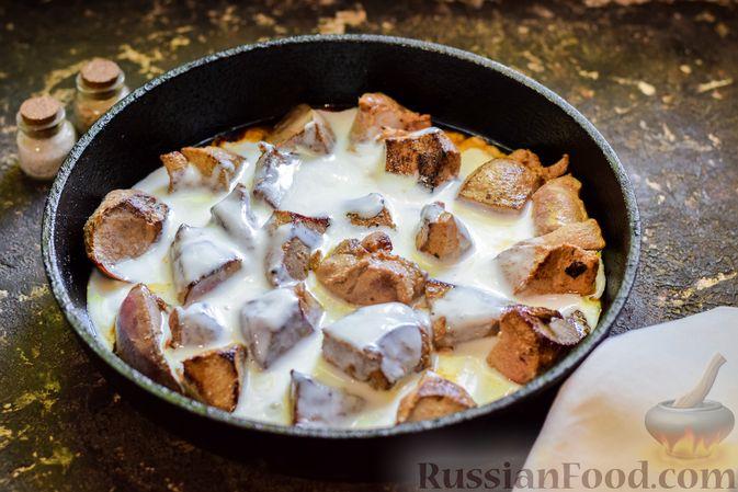 Фото приготовления рецепта: Свиная печень, тушенная в кефире - шаг №4