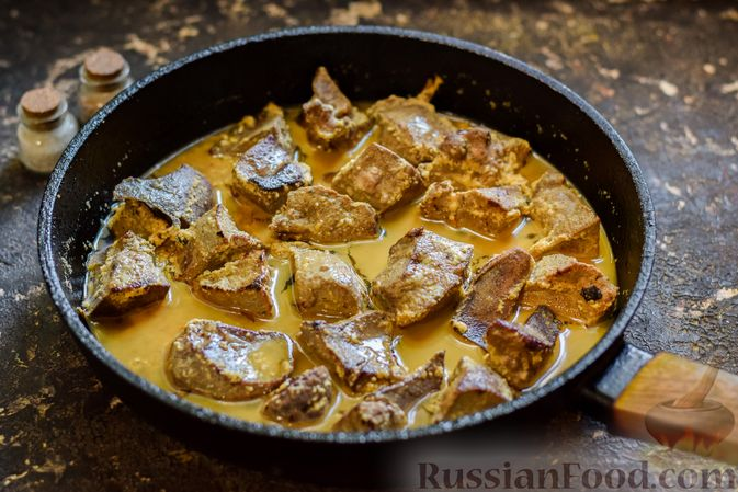 Фото приготовления рецепта: Свиная печень, тушенная в кефире - шаг №5