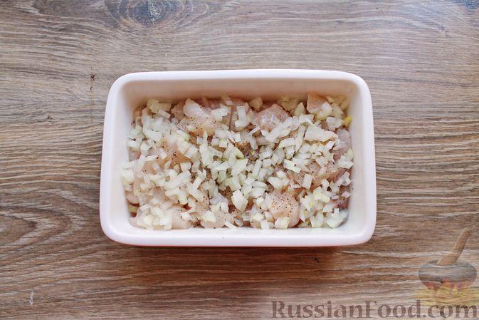 Фото приготовления рецепта: Куриное филе, запечённое с брусникой и грибами - шаг №4