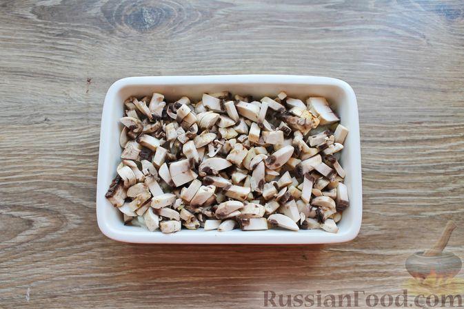 Фото приготовления рецепта: Куриное филе, запечённое с брусникой и грибами - шаг №5